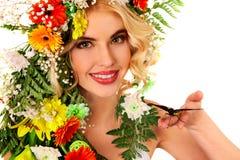 有花和蝴蝶的妇女 免版税库存图片