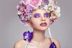 有花圈的典雅的女孩在头和构成在紫色口气 免版税库存照片