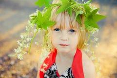 有花圈的小女孩 免版税图库摄影
