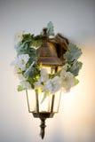有花圈的金黄灯笼 温暖和舒适光 库存图片