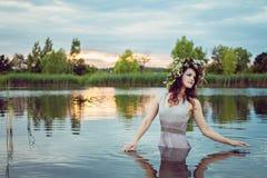 有花圈的年轻美丽的被淹没的妇女在水中 免版税库存图片