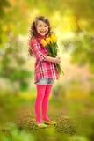 有花大花束的微笑的女孩  免版税库存照片