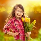 有花大花束的微笑的女孩  图库摄影