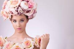 有花头发、构成和丝绸皮肤的美丽的女孩,看照相机 图库摄影