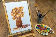 有花学生图画的画架与艺术学校的油漆 免版税库存图片
