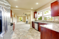 有花岗岩上面和伯根地内阁的明亮的厨房室 免版税图库摄影