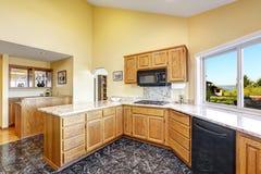 有花岗岩上面和砖地的美好的厨房室 库存照片
