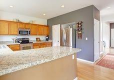 有花岗岩上面和钢装置的厨房室 免版税库存图片