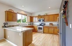 有花岗岩上面的宽敞厨房室 库存照片