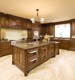 有花岗岩上面的高端棕色木厨房 免版税库存图片