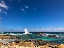 有花岗岩冰砾的蓝色海在Redgate海滩,马格丽特里弗, 免版税库存图片