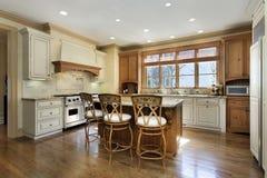 有花岗岩柜台海岛的厨房 图库摄影