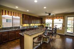 有花岗岩柜台的现代厨房 库存照片