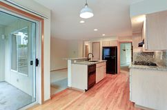 有花岗岩桌面的大开放厨房 库存照片