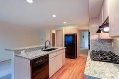 有花岗岩桌面的大开放厨房 图库摄影