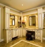 有花岗岩桌面的米黄卫生间镜箱 免版税库存照片