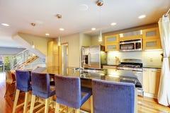 有花岗岩桌面的,厨房舒适明亮的厨房 图库摄影