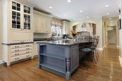 有花岗岩海岛的高级厨房 库存照片