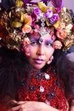 有花帽子服装和宽被涂的头发的,红色项链妇女 库存图片