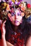 有花帽子服装和宽被涂的头发的,红色项链妇女 图库摄影
