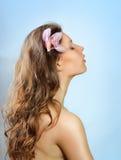 有花放松的美丽的温泉妇女 免版税图库摄影