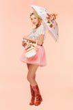 有花束和伞的女孩 免版税库存图片