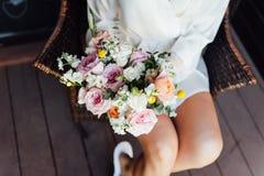 有花束和波浪发样式的性感的美丽的裸体深色的新娘在白色色情内衣 免版税库存照片