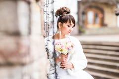 有花束摆在的新娘室外在冬天 库存照片