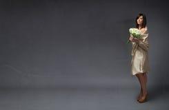 有花束的典雅的新娘在手边 免版税库存图片