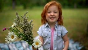 有花束的可爱的孩子 股票录像