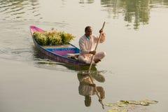 有花束的地方卖花人在一次小船游览中的待售在斯利那加,查谟和克什米尔湖状态,印度 库存照片