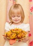 有花束的小女孩 免版税图库摄影