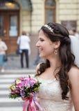 有花束的愉快的新娘 免版税库存照片