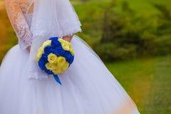 有花束的新娘在一张婚礼照片写真期间本质上 免版税库存图片