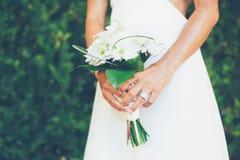 有花束的新娘 免版税库存照片