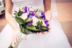 有花束的新娘 免版税图库摄影