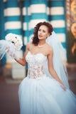 有花束的新新娘 免版税库存照片