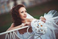 有花束的新新娘 图库摄影