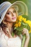 有花束的美丽的妇女 免版税库存照片