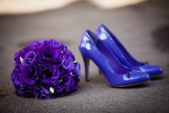 有花束的鞋子 免版税图库摄影
