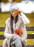 有花束秋叶的年轻可爱的妇女在手中 秋天 图库摄影