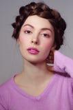 有花梢发型的美丽的女孩在偶然成套装备 免版税图库摄影
