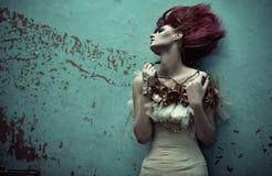 有花梢理发的红头发人妇女 免版税库存照片