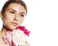 有花牡丹桃红色特写镜头构成软的te的年轻秀丽妇女 库存照片