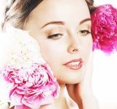 有花牡丹桃红色特写镜头构成软的te的年轻秀丽妇女 免版税图库摄影
