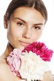 有花牡丹桃红色软绵绵特写镜头构成招标柔和的神色的年轻秀丽妇女 免版税图库摄影