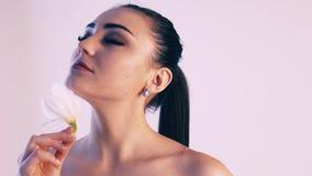 有花百合的美丽的女孩从温泉 股票视频