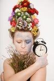 有花的一个少妇在她的头和手 与花的春天图象 有一棵五颜六色的植物的人 女孩和开花 图库摄影