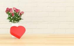 有花的一个心形的礼物盒在花瓶 免版税库存图片