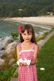 有花的一个相当小女孩在她的现有量 免版税库存图片